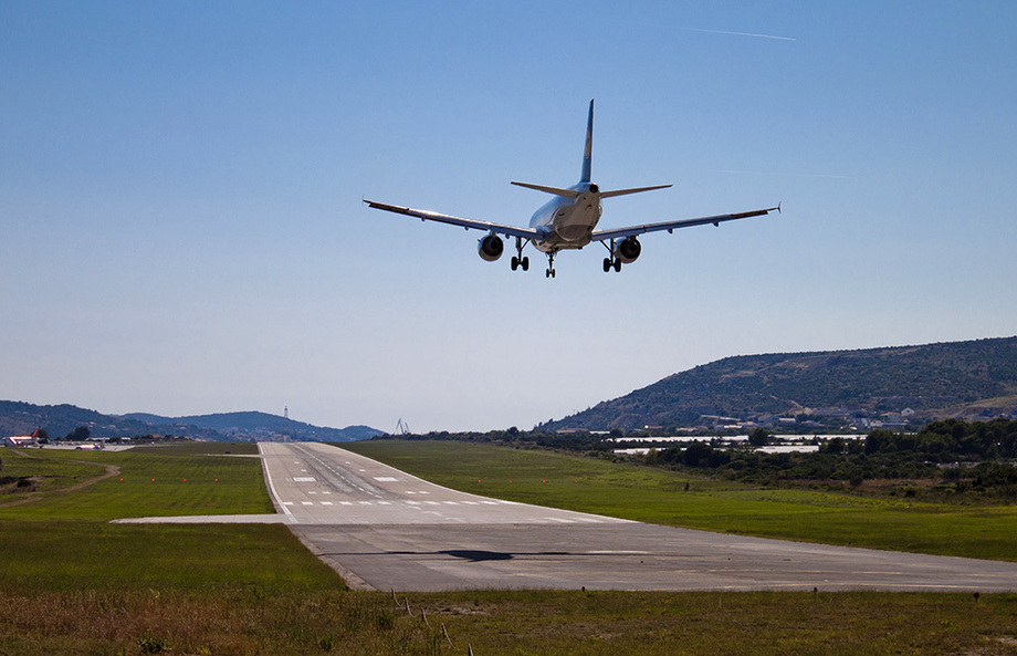Large lufthansa airbus a319 landing at split airport